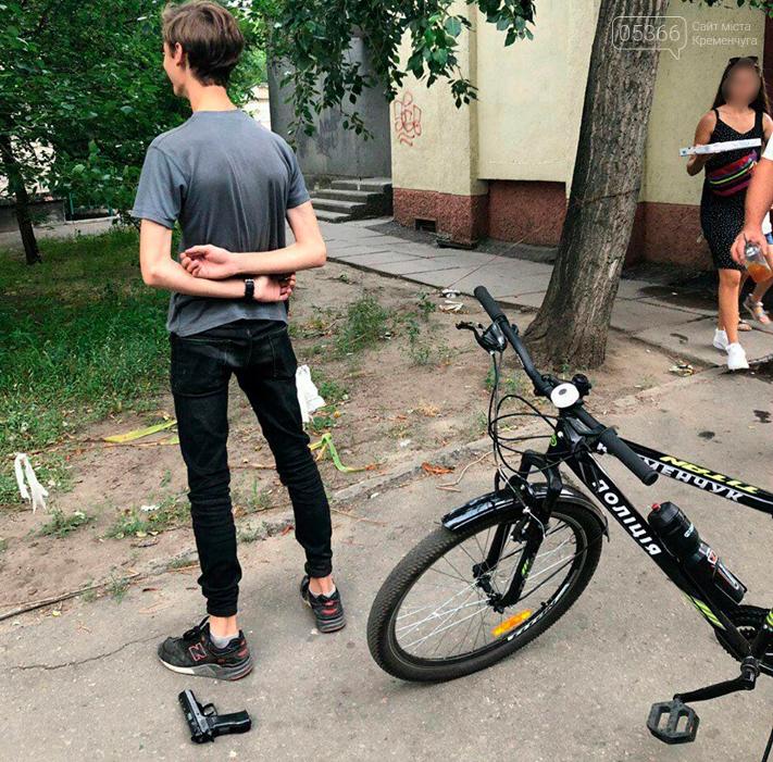 Кременчуцький велопатруль вилучив пістолет у молодика, що бавився з ним у центрі міста, фото-1