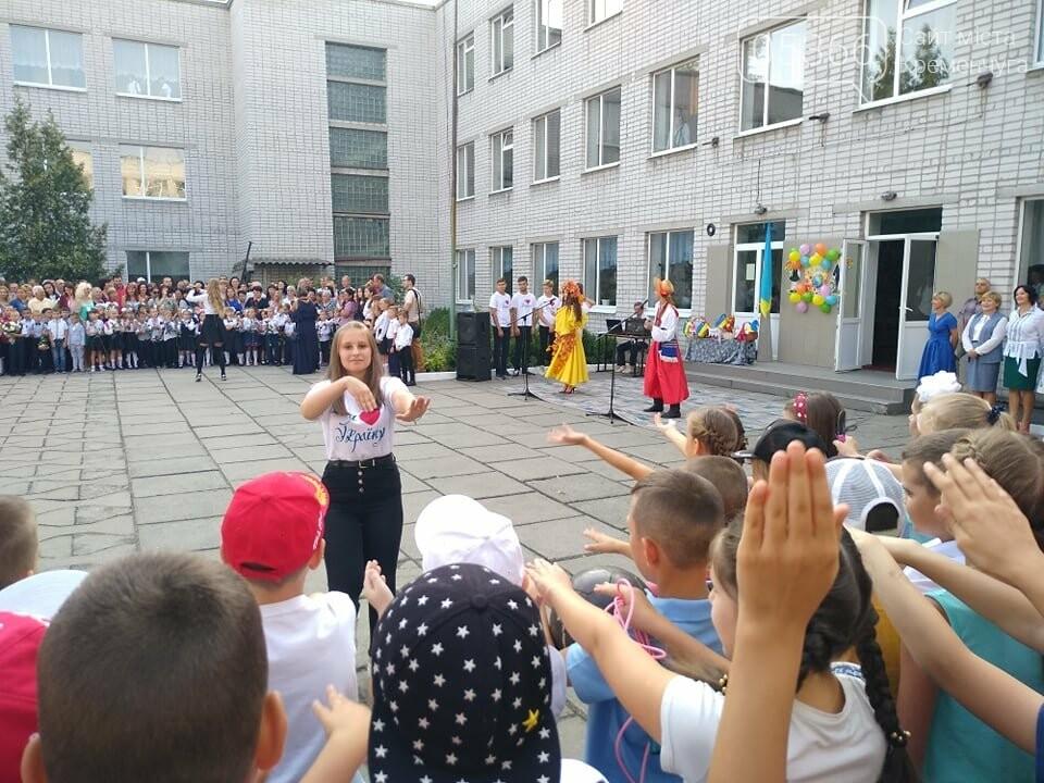 Старшокласники школи №1 радо прийняли до школи першачків: не обійшлося без сліз щастя, фото-3