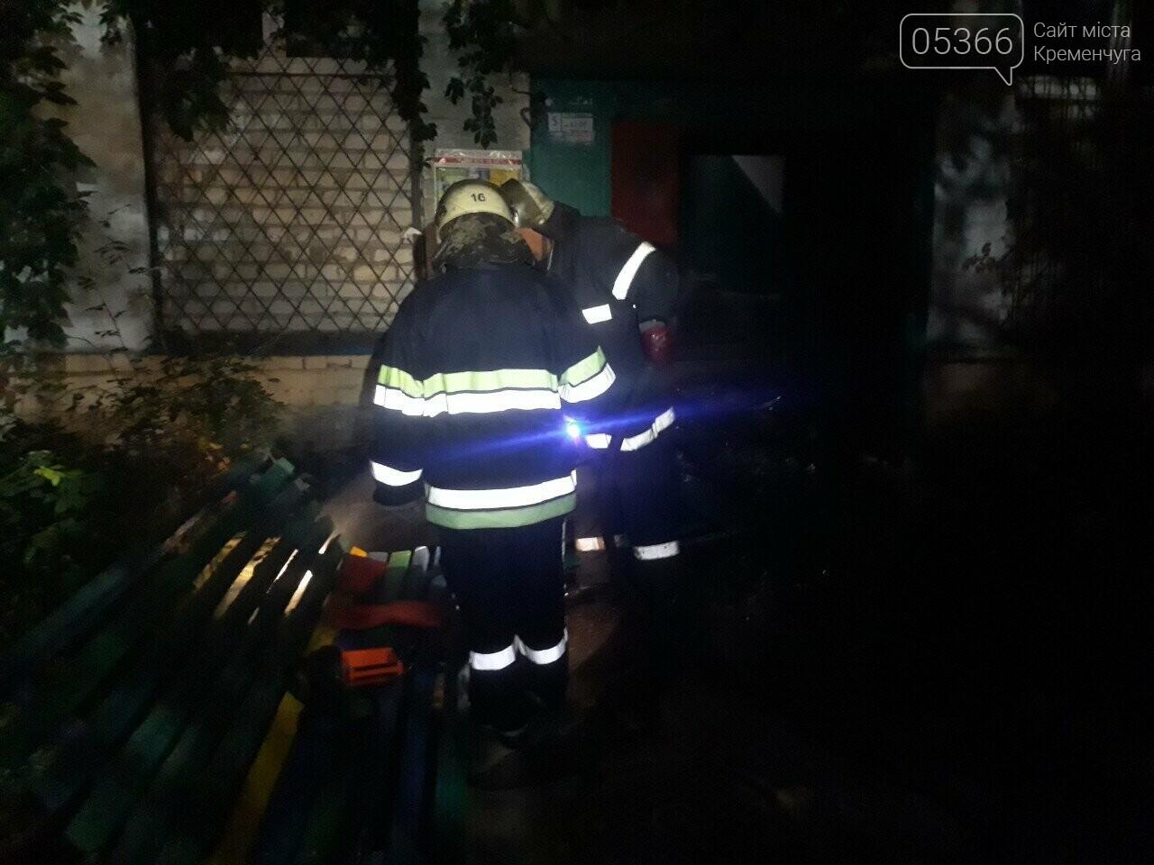 У Кременчуці в п'ятиповерхівці загорілася щитова: згоріли двері під'їзду. Фото, фото-1