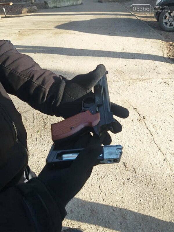 Біля суду в Полтаві затримали чоловіка зі зброєю та наркотичними речовинами, фото-2