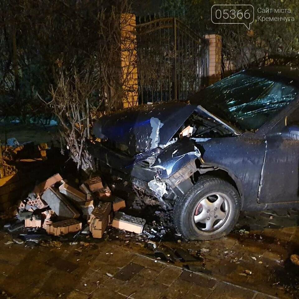 У Кременчуці п'яний водій на КІА розтрощив паркан. Фото, фото-1