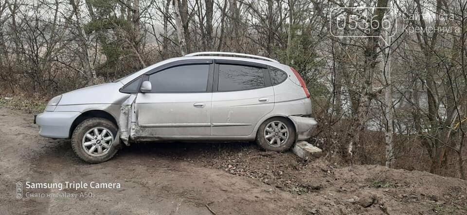 На дорозі з Кременчука до Горішніх Плавнів дві автівки злетіли у кювет, фото-1