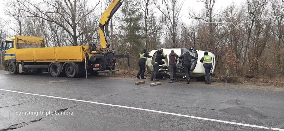 На дорозі з Кременчука до Горішніх Плавнів дві автівки злетіли у кювет, фото-3