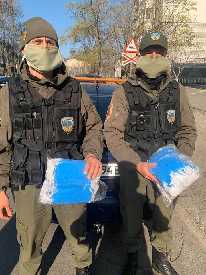 У Кременчуці охоронна агенція «Сокіл Гарант» роздає маски громадянам безкоштовно, фото-1