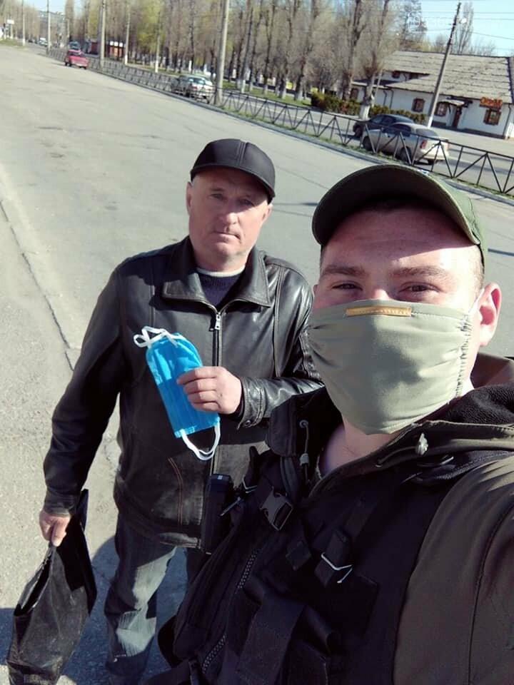 У Кременчуці охоронна агенція «Сокіл Гарант» роздає маски громадянам безкоштовно, фото-6