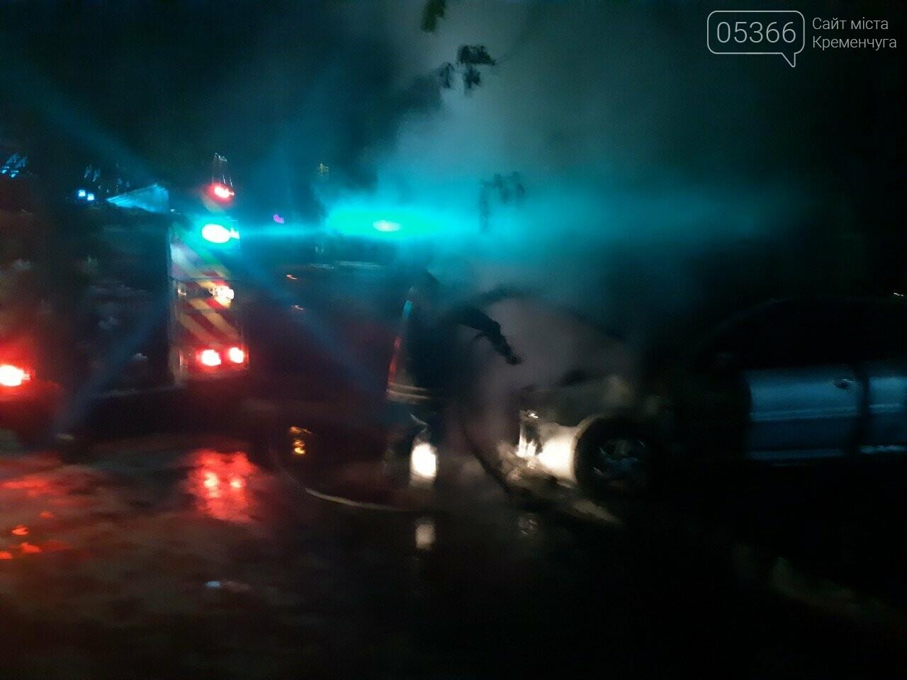"""У Кременчуці горів легковик """"Пежо"""": рятувальники гасили пожежу. Фото, фото-1"""