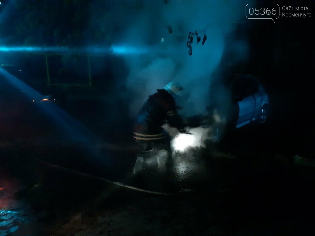 """У Кременчуці горів легковик """"Пежо"""": рятувальники гасили пожежу. Фото, фото-2"""