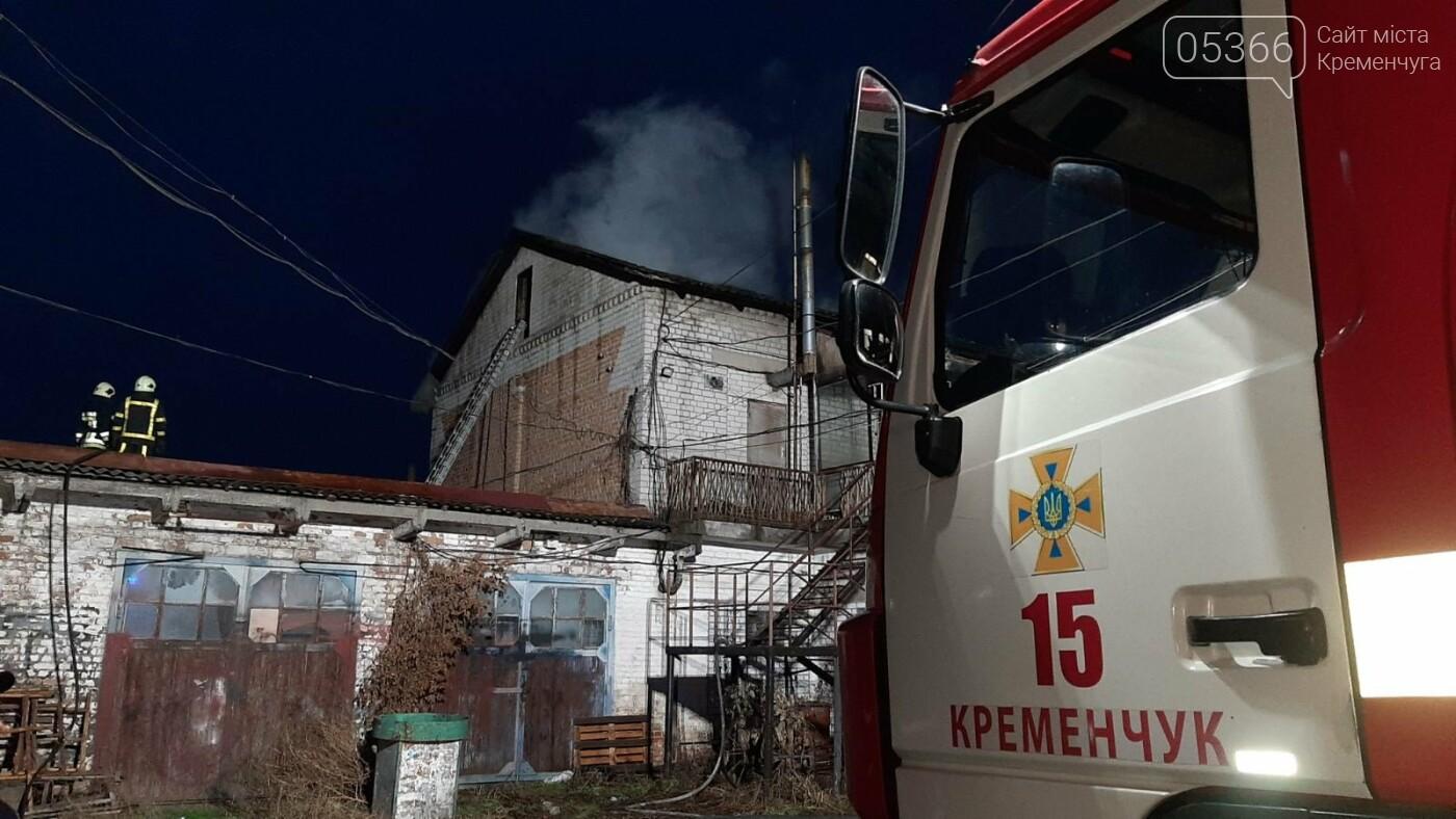 У Кременчуці три години гасили пожежу на даху будівлі, фото-1