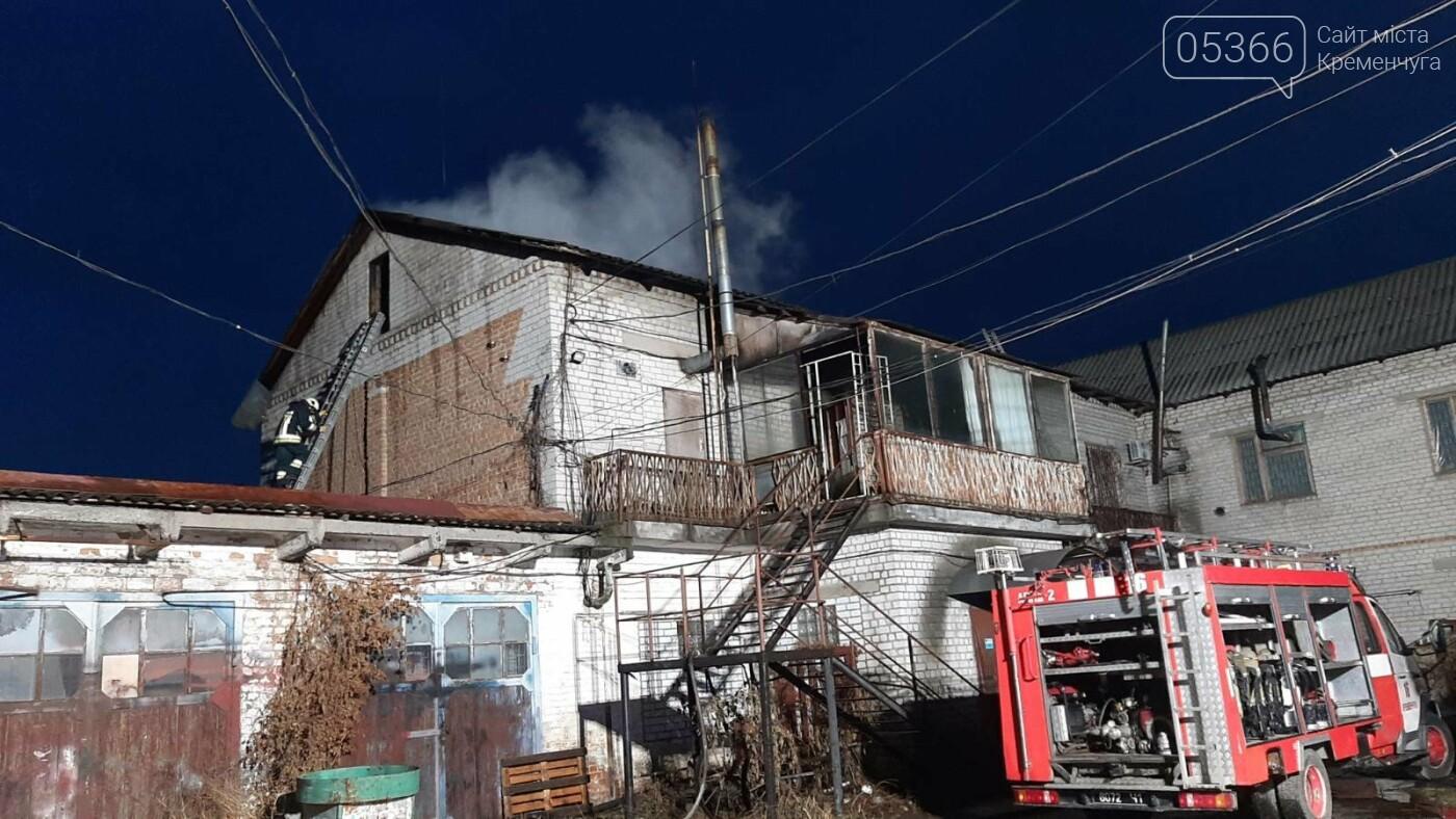 У Кременчуці три години гасили пожежу на даху будівлі, фото-2