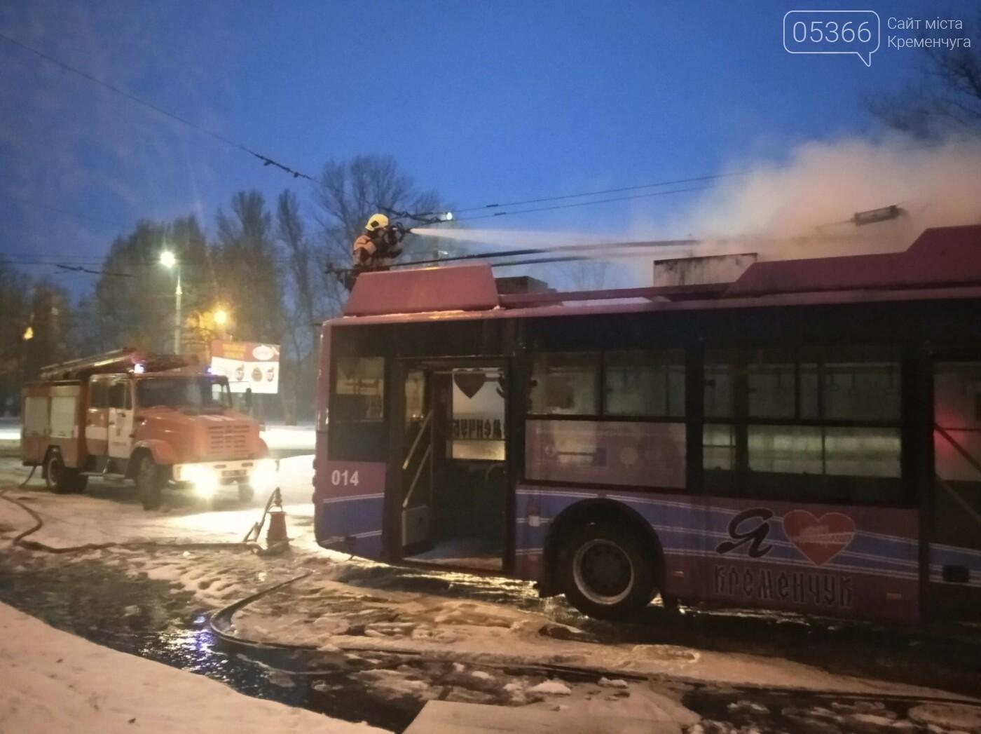 У Кременчуці пожежники гасили вогонь на тролейбусі, фото-1