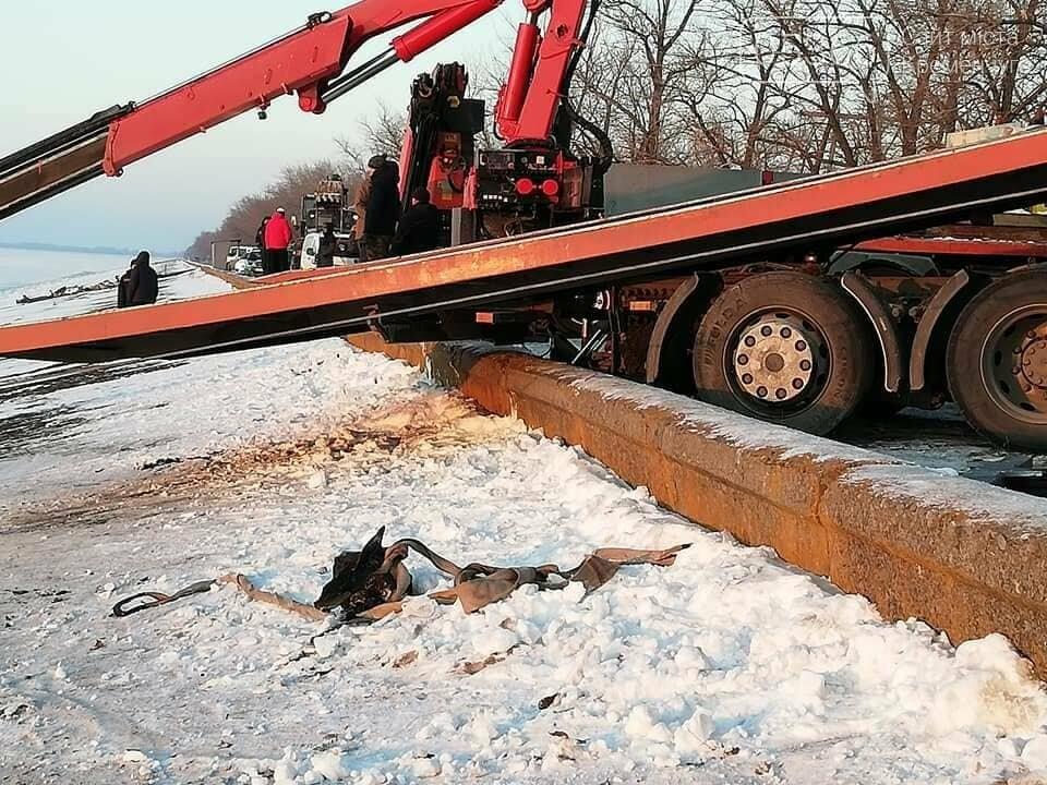 Біля Власівки вантажівка з'їхала у водосховище, фото-4