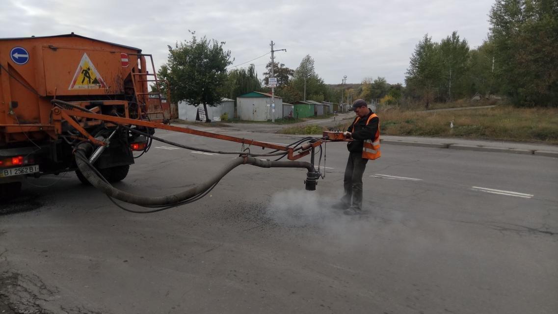 На автошляхах Кременчука «латають» ями машиною УЯР (Фото), фото-1