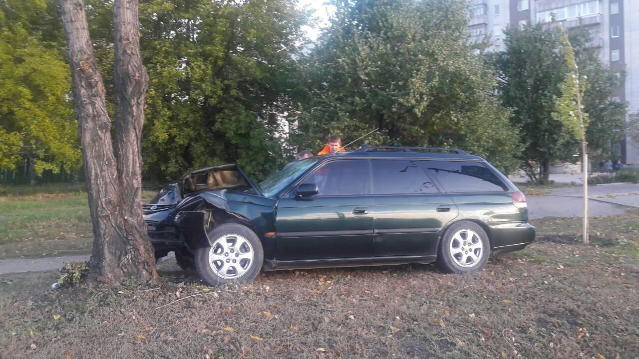 В Кременчуге водитель съехал с дороги и врезался в дерево (ФОТО), фото-1