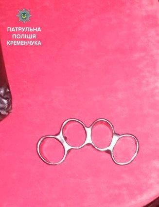У Кременчуці правоохоронці в містян виявили кастет і ножі, фото-1