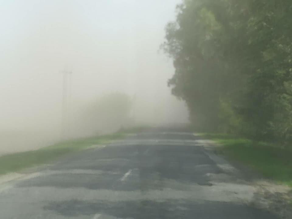 пылевая завеса на дороге