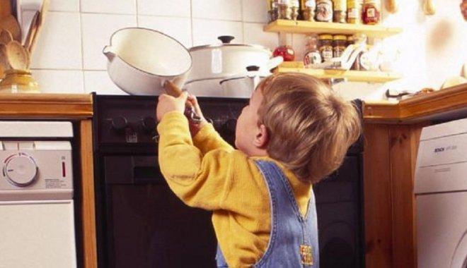 ребёнок на кухне