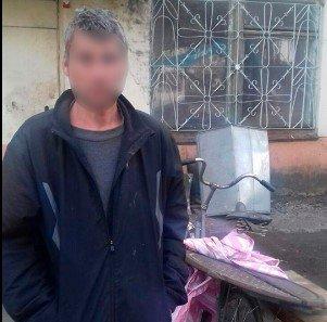 Патрульні затримали чоловіка, що поцупив кришку від люка, фото-1